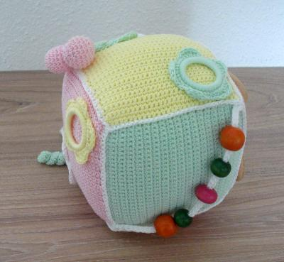 Jouet cube au crochet mamie gaby natura dmc